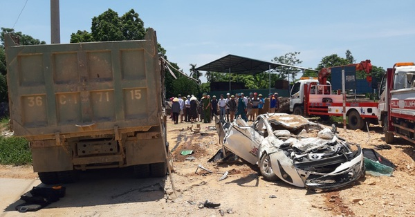 Xe tải chở đất đè bẹp xe con, 3 người trong 1 gia đình tử vong, 1 bé gái nguy kịch