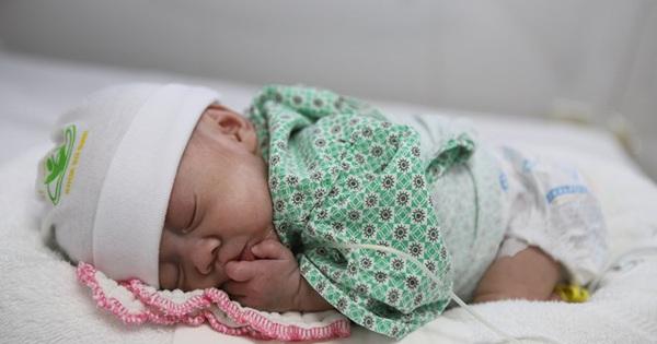 Cậu bé sinh non có cân nặng chỉ 600g được xuất viện sau 72 ngày điều trị tại Bệnh viện Phụ Sản Hà Nội