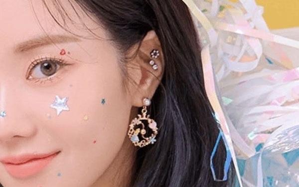 Lần đầu có idol Hàn đeo khuyên tai 26.000 VNĐ chụp poster, netizen được dịp tranh cãi ''căng đét''