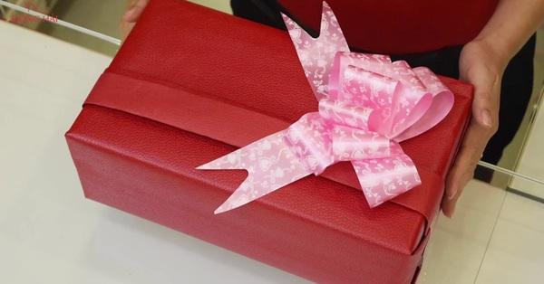 Món quà vợ góp vui trong sinh nhật nhân tình của chồng khiến cô bồ ăn cái tát trời giáng, gã phản bội vội vàng lao về nhà hối lỗi