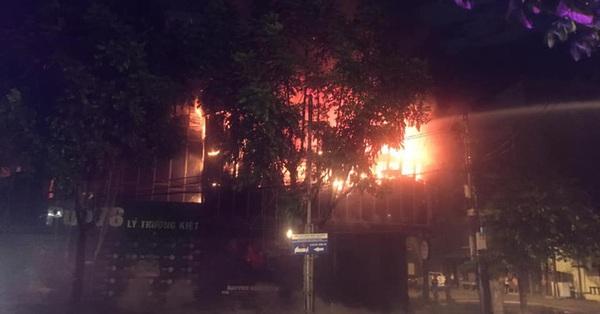 Hỏa hoạn khiến quán bar tại TP Vinh bốc cháy ngùn ngụt trong đêm