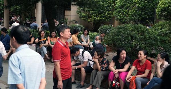 Cha mẹ lo âu, vạ vật ngoài cổng trường đợi con thi vào lớp 10 chuyên