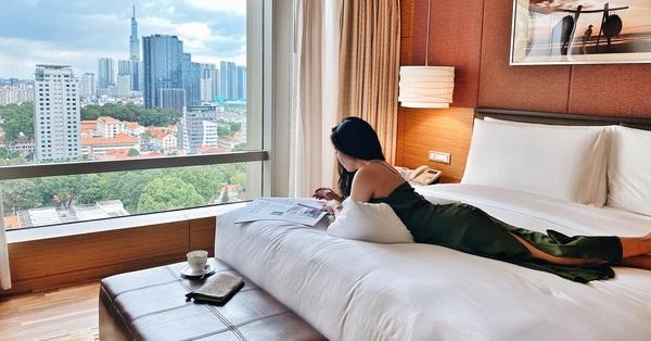 Vì sao giường khách sạn thường hào phóng bày tận 4 chiếc gối mà vẫn thiếu loại gối ôm dài siêu quen thuộc ở nhà, và đây là câu trả lời
