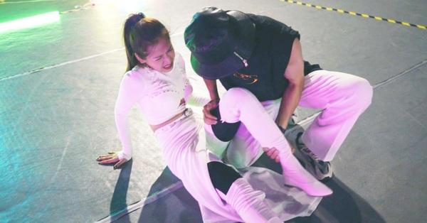 Chi Pu chính thức trở lại sau ồn ào yêu bạn trai cũ Quỳnh Anh Shyn, lộ ảnh bị bong gân đau đớn