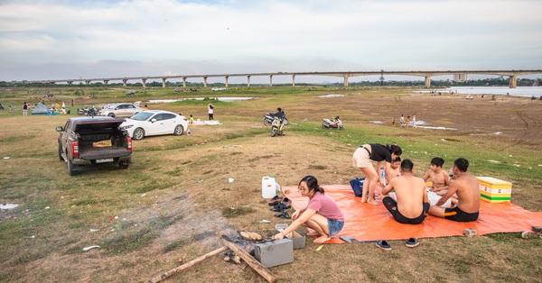 Rời xa ồn ào nơi phố thị, nhiều gia đình tìm đến bãi bồi dưới chân cầu Vĩnh Tuy để sống