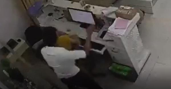 Phẫn nộ clip nam thanh niên bỗng nhiên lao tới giật tóc, tát tới tấp vào mặt nữ nhân viên văn phòng rồi bỏ đi