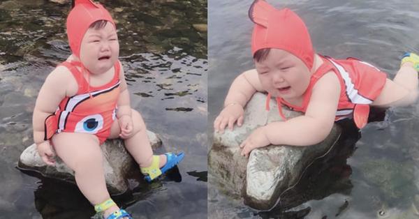 Diện đồ bơi xinh xẻo ra tắm suối, cậu nhóc vừa khóc vừa tạo dáng