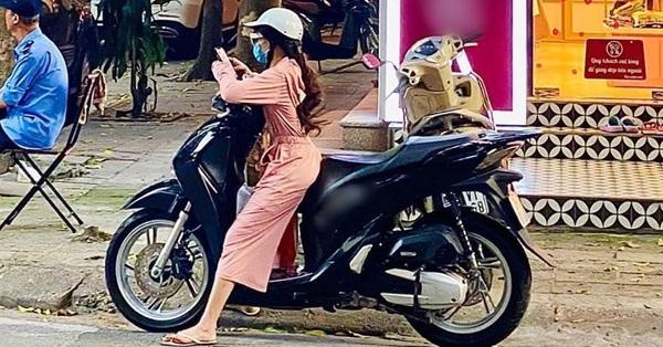 Cô gái có chiều cao khiêm tốn nhưng lại đi xe máy to đùng, dừng bên đường phải đứng