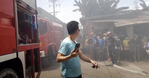 Công ty gỗ ở Bình Dương cháy dữ dội, nhiều người đến sát hiện trường... livestream dưới dòng điện cao thế