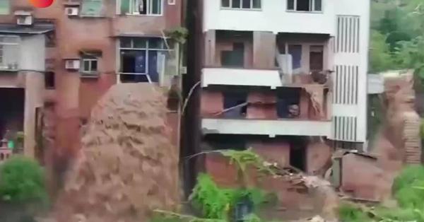 Trung Quốc: Đoạn video mưa lũ tràn từ cửa sổ tầng 3 của căn nhà tựa như thác nước hùng vĩ gây chú ý MXH