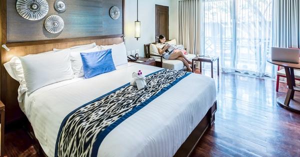 Đi du lịch cứ hay thắc mắc chiếc khăn khác màu trải trên giường khách sạn dùng làm gì, hóa ra công dụng lại