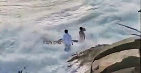 Ra bãi biển chụp ảnh cưới, cô dâu chú rể bị sóng cuốn phăng ra biển, khoảnh khắc con sóng lớn ập đến mọi người thót tim