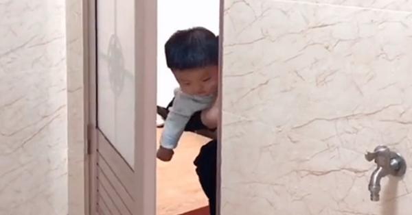Mẹ đang trong nhà vệ sinh, cảnh tượng 3 bé trai lần...