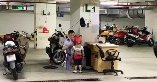 """Chuyện giản dị đáng yêu về bác bảo vệ và cậu nhóc ở chung cư: Ngày nào bác cũng đội mũ cho vị khách """"nhí"""", không thấy bác là khách nhí buồn!"""