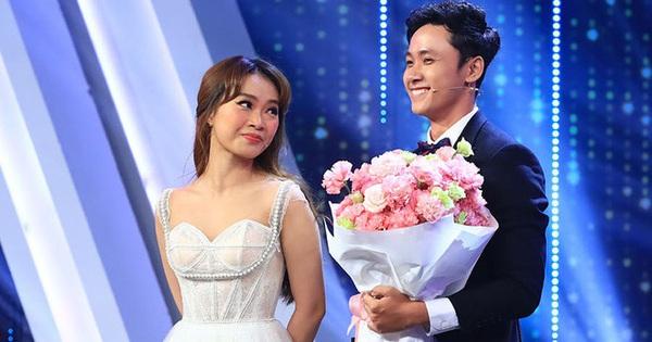"""""""Người ấy là ai?"""": Nam chính Trường Hải tiết lộ câu nói nhỏ trên sân khấu với riêng nữ chính sau khi được trao hoa"""