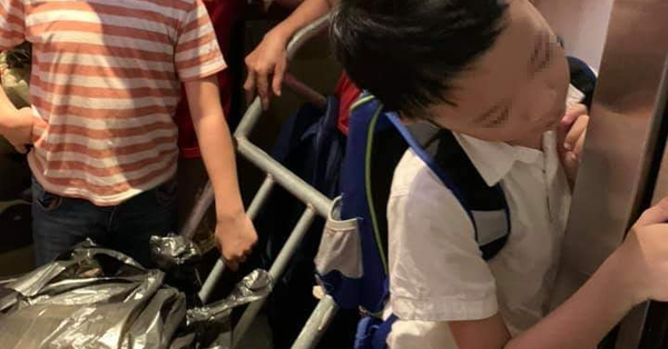 Chen chúc đẩy xe hàng vào thang máy chung cư đúng giờ cao điểm, người phụ nữ còn lớn tiếng quát tháo trẻ nhỏ khiến nhiều người bức xúc