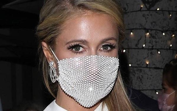 Paris Hilton giờ vẫn nhí nhảnh đeo khẩu trang