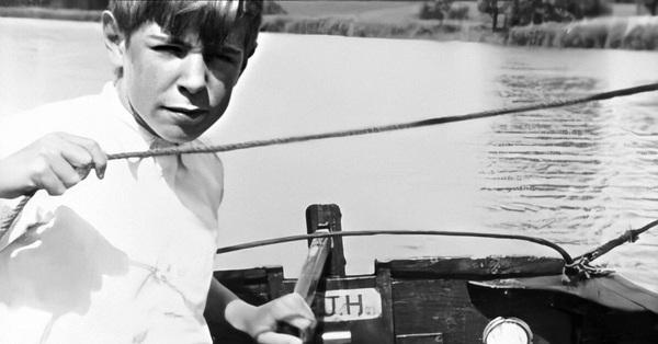 Cậu bé đi học đứng gần bét lớp nhưng 30 năm sau khiến cả thế giới kinh ngạc, bất ngờ nhất là mối quan hệ bí mật ở Việt Nam