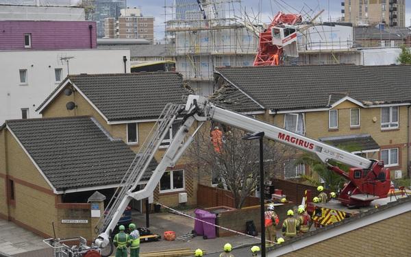 Cần cẩu đổ sập vào nhà dân ở Anh, 5 người thương vong