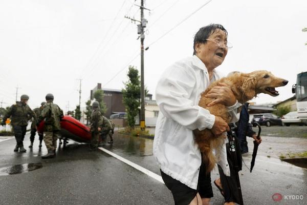 Chùm ảnh: Nhật Bản tan hoang khi lũ lớn càn quét giữa thời điểm ''bóng ma'' của đại dịch Covid-19 vẫn đang hiện diện