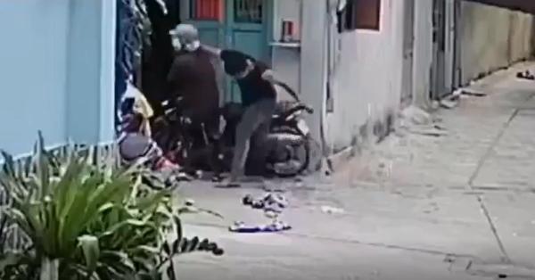 Phẫn nộ clip nam thanh niên hung hãn đấm túi bụi vào mặt bố mẹ già đến chảy máu đầu ngay trước cửa nhà