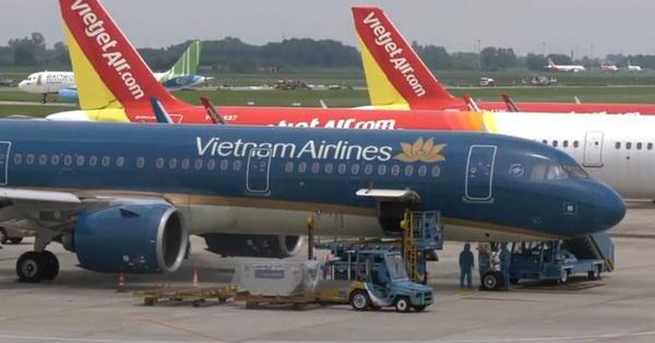 Ảnh, clip: Chuyến bay đầu tiên chở du khách mắc kẹt rời khỏi Đà Nẵng hạ cánh tại Sân bay Nội Bài