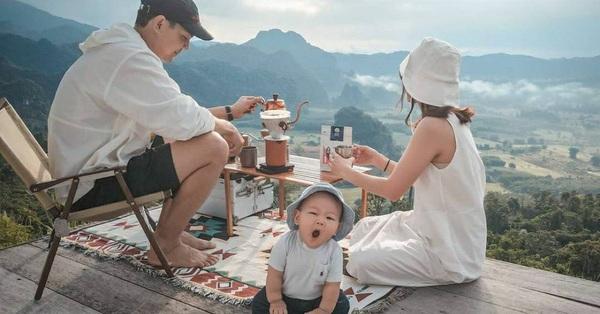 Bộ ảnh gia đình ngồi nhâm nhi cafe giữa không gian