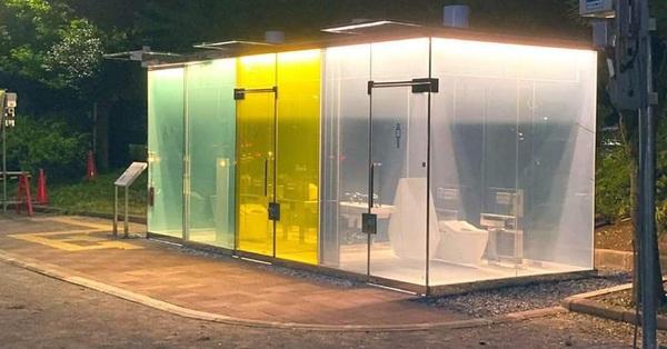 Nhà vệ sinh công cộng trong suốt ở Nhật Bản gây chú ý bởi tính năng cảm biến cực kỳ thông minh, kính tự động mờ đi khi có người