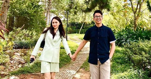 Đại gia Singapore khoe ảnh tay trong tay với Hương Giang hậu kết đôi