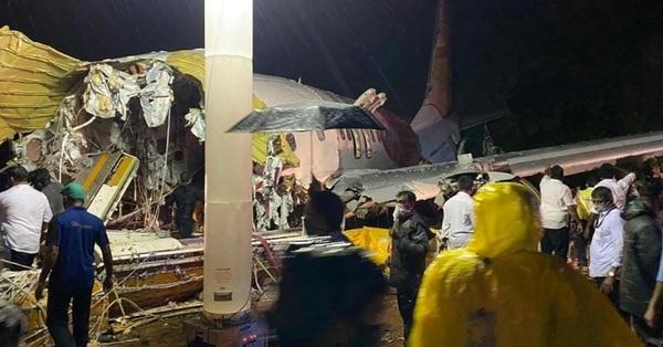 Nóng: Máy bay Air India Express chở người từ vùng dịch về nước gặp nạn, ít nhất 17 người thiệt mạng, hàng trăm người bị thương và hiện trường thảm khốc