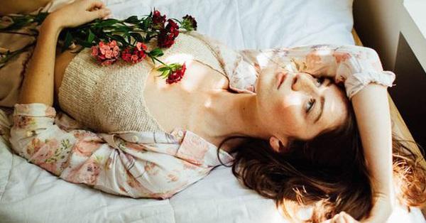 Phụ nữ khi ngủ không nên nằm lâu ở 2 tư thế này vì sẽ làm tổn thương tử cung và vòng 1 rất nhanh