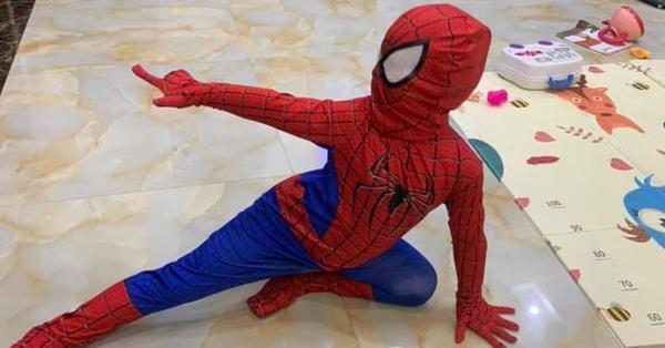 Nhóc tỳ diện trang phục người nhện tạo dáng bắn tơ cực đỉnh, nhưng sau khi tháo bộ đồ ra ai cũng sửng sốt