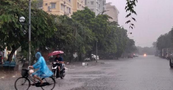 Bầu trời Hà Nội chuyển tối sầm, đổ mưa nặng hạt sau chuỗi ngày oi bức trước khi chuyển mát từ ngày mai