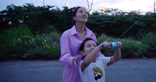Vợ chồng Khánh Thi - Phan Hiển đưa các con đi thả diều, tưởng chỉ để vui chơi ai ngờ kết hợp cả phương pháp dạy dỗ như này