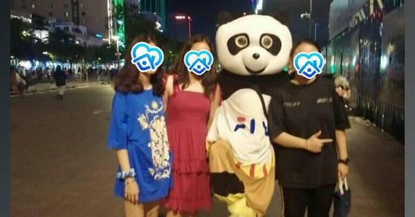Người đội thú nhồi bông ở phố đi bộ Sài Gòn bị phản ánh chèo kéo khách chụp ảnh, cho chiếc kẹo mút rồi thu phí 20k/lượt khiến dân mạng vô cùng bức xúc