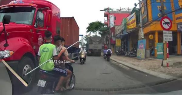 Hà Nội: 3 thanh thiếu niên chạy xe máy biển giả cầm