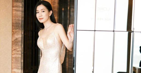 Xa Thi Mạn diện váy ôm bó sát, lộ thân hình thật ở tuổi 45, chỉ phát ngôn một câu thôi chị em phụ nữ đều thấy đồng loạt tán đồng