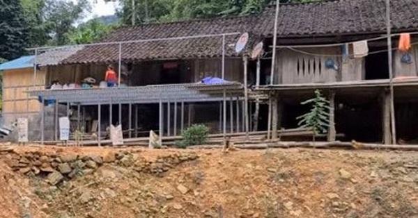 Làm lễ kỉ niệm ngày cưới linh đình, khoe nhà mới xây dựng khang trang, nhưng cô dâu Thu Sao lại để lộ ngôi nhà sàn cũ kĩ của bố mẹ chồng