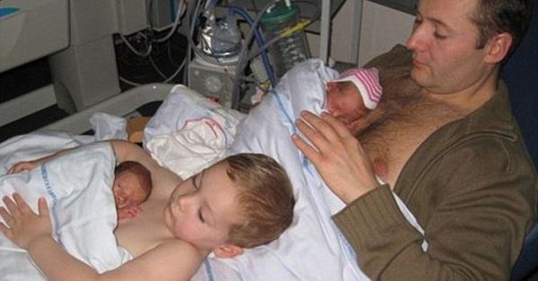 Hình ảnh bé trai giúp bố da tiếp da với một người em mới chào đời khiến nhiều người xúc động