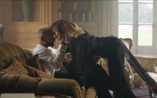 Jennifer Lopez khoe body nóng bỏng ở tuổi 51 trong thiết kế của nhà mốt Công Trí