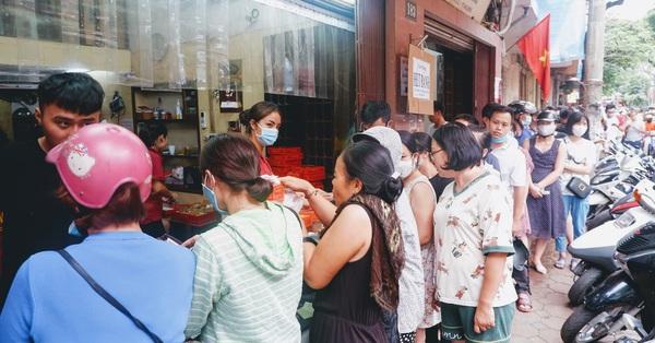 Đến hẹn lại lên: Người Hà Nội xếp hàng dài chờ mua bánh Trung thu Bảo Phương, người bán không kịp trở tay