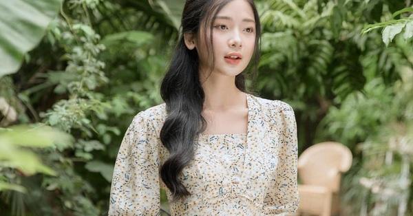 Để mặc đẹp không trượt phát nào thì nhất định phải sắm váy hoa nhí dài tay, diện dịp giao mùa là