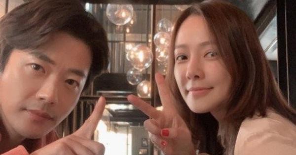 Vợ chồng tài tử Kwon Sang Woo kỷ niệm 12 năm chung sống, mặt mộc của cựu Á hậu Hàn Quốc gây sốt MXH vì vượt xa Kim Tae Hee