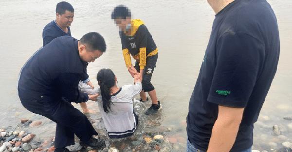 Không được gia đình quan tâm, cô bé 14 tuổi ra sông tự vẫn, viên cảnh sát nói một câu liền