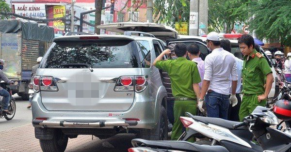 Đôi nam nữ tử vong bất thường trên chiếc ô tô vẫn đang nổ máy