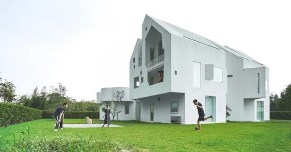 Có sẵn đất ngoại ô rộng rãi, cặp vợ chồng rời thành phố về quê cải tạo căn nhà cũ thành biệt thự tối giản màu trắng với chi phí 6,7 tỉ đồng