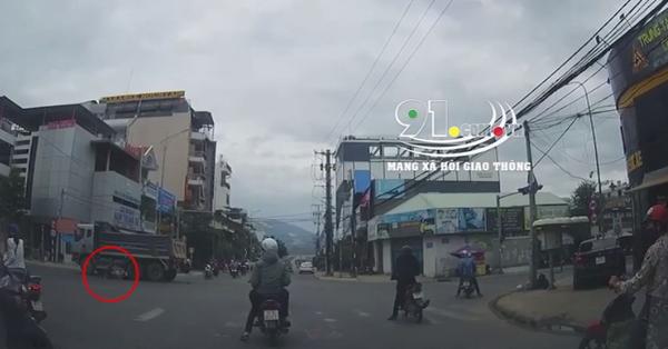 Clip: Vượt đèn đỏ khi chỉ còn 3 giây là tới đèn xanh, người đàn ông đi xe máy bị xe ben cuốn vào gầm và cái kết đầy kinh ngạc