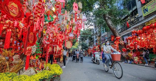 Còn 24 ngày nữa mới Tết, nhưng ghé phố Hàng Mã bỗng giật mình vì ngỡ đâu đã là Mùng 1, nhạc xuân bật tưng bừng, cảnh người đi mua đồ siêu nhộn nhịp