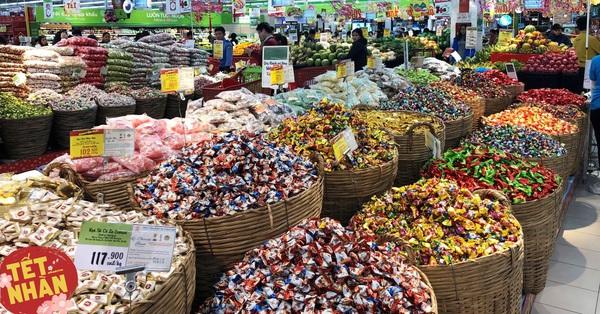 Vào siêu thị lựa bánh kẹo theo cân đã đủ loại ngon nghẻ nhìn là thích, khỏi lo sắp Tết vẫn chưa biết mua gì