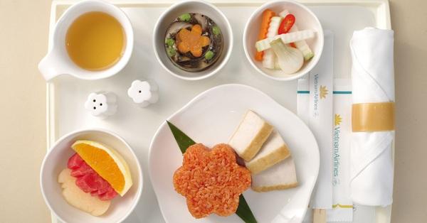 HOT: Giúp mọi người cảm nhận rõ hương vị Tết ngay cả khi bay, Vietnam Airlines quyết đưa bánh chưng, dưa hành, xôi gấc bày đầy đủ trên mâm để phục vụ khách